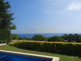 Купить виллу в престижном поселке Кала Сант Франсеск, Бланес. с видом на море.