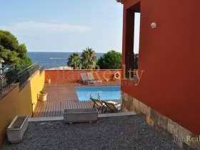 Роскошный дом, с бассейном и замечательным видом на море в Сант Фелиу де Гишольс.