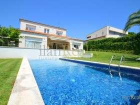 Продажа виллы площадью 300 м2 в Сагаро расположенной в 250 метрах от пляжа Са Конка.